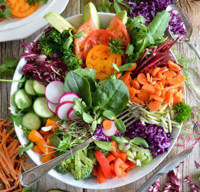 Тарелка с нарезанными овощами